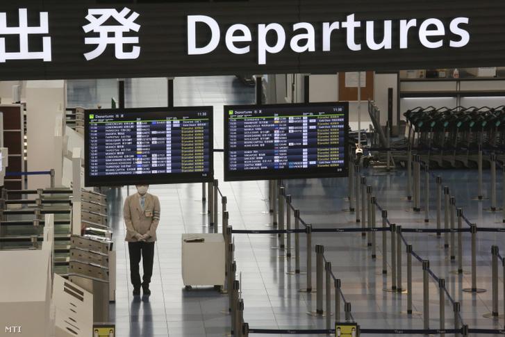 Törölt járatok a tokiói Haneda repülőtér indulási termináljának kijelzőin 2020. december 28-án