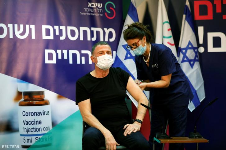 Yuli Edelstein, az izraeli egészségügyi miniszter kapja meg a koronavírus elleni vakcinát 2020. december 19-én