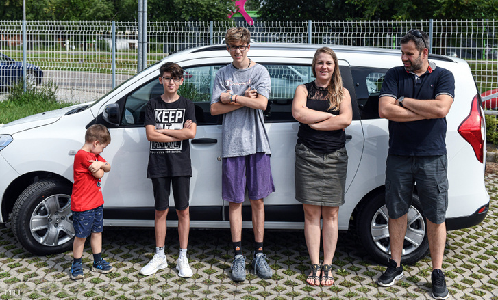 A debreceni Kovács család élt az államilag támogatott, nagycsaládosoknak kínált állami autóvásárlási kedvezménnyel és átvették hétszemélyes, év elején igényelt személygépkocsijukat 2020. augusztus 3-án