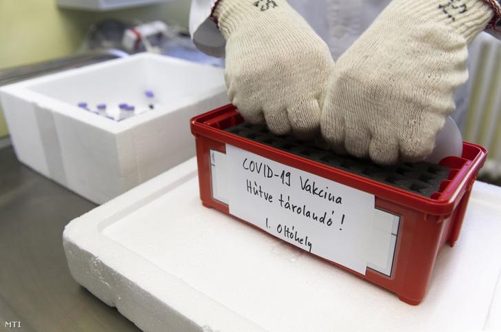 Egy laboratóriumi munkatárs oltópontok szerint elosztja a koronavírus elleni oltóanyagot a nyíregyházi Jósa András Oktatókórház Labordiagnosztikai Osztályán 2020. december 27-én