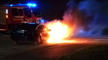 Hosszasan lángolt egy autó Békéscsabán