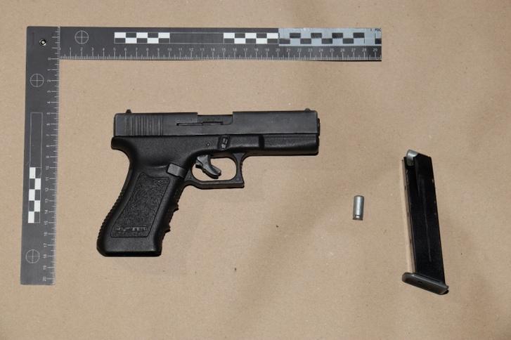 Az elkövetéshez használt éles Glock pisztolyokra hasonlító gázpisztoly