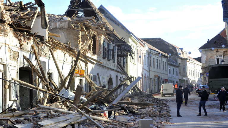 Mi okozza a földrengést, és mi történik ilyenkor?
