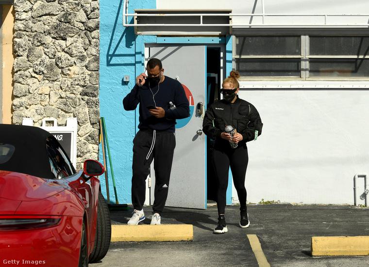 December 26-án a vőlegényével, Alex Rodriguezzel éppen edzésből indulnak hazafelé Miamiban