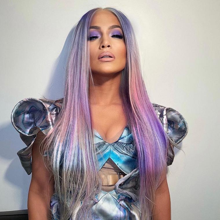 a fodrásza, Chris Appleton most bemutatott két hajviseletet az Instagramján, arról tájékoztatva a közönségét, hogy hamarosan mindenki megtekintheti a Lady Gagává fazonírozott Jennifer Lopezt.