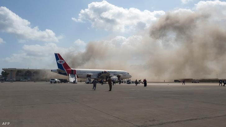 Füst az ádeni repülőtér felett a támadás után.