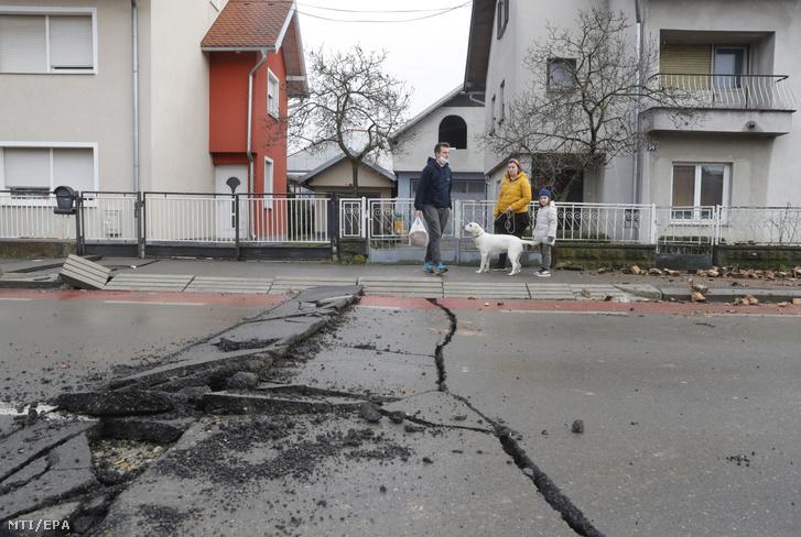 Töredezett úttest a horvátországi Sziszekben 2020. december 30-án, egy nappal azután, hogy 6,3-as erősségű földrengés rázta meg az ország középső részét. A földrengés következtében több épület is összedőlt, heten meghaltak és többen megsérültek