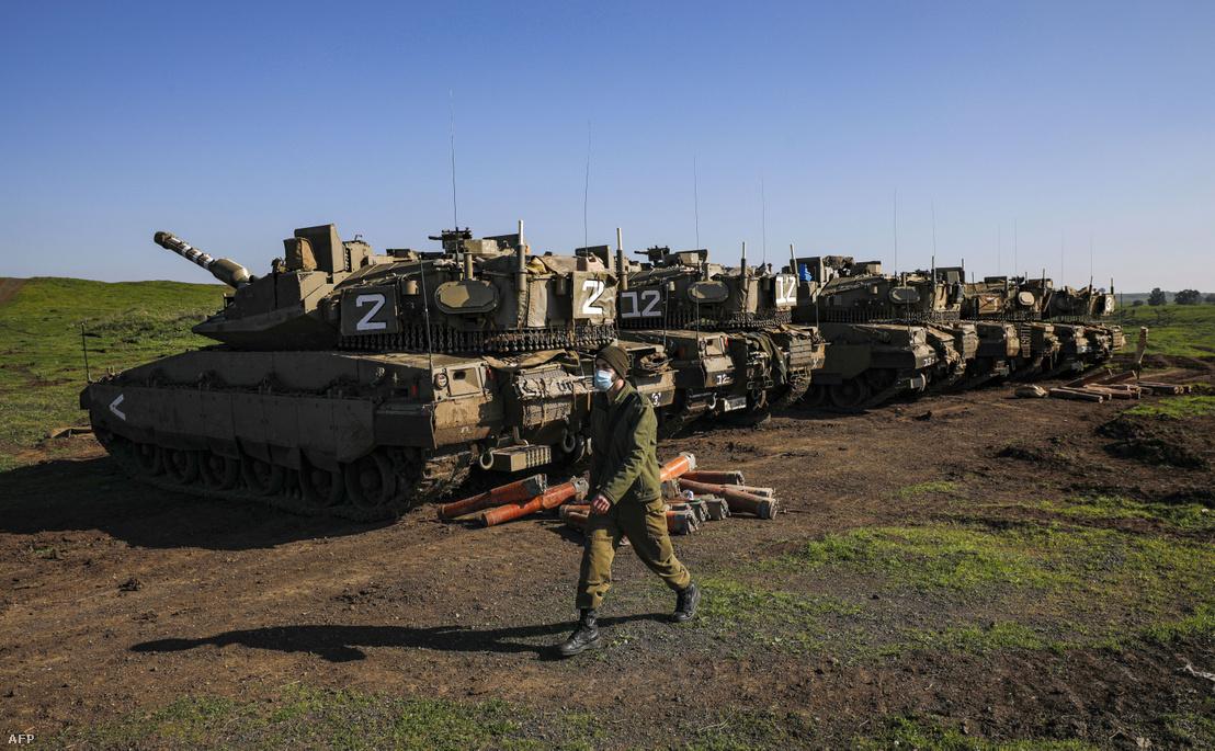 Izraeli Merkava harckocsik a Golán-fennsíkon 2020. december 25-én. A Szíria elleni izraeli rakétacsapások december 25-én legalább hat iráni támogatott harcost megöltek