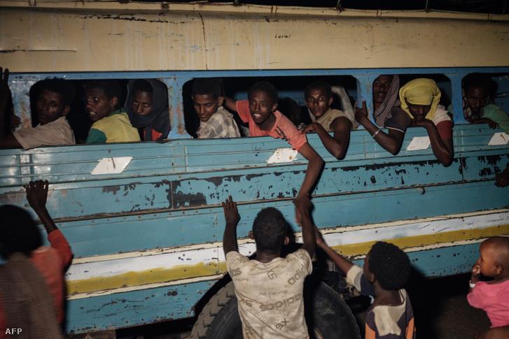 Etióp menekültek hagyják el a Tigrájt 2020. december 11-én