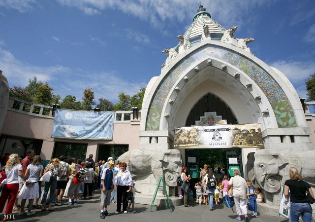 A főkapu a 140 éves Fővárosi Állatkert jubileumi ünnepségekor, 2006-ban.