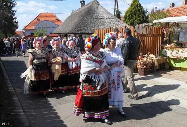Matyó népviseletbe öltözött asszonyok