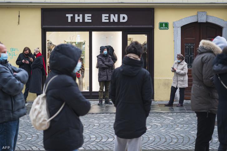 Koronavírus tesztre sorbanállók Ljubljanában 2020. december 22-én