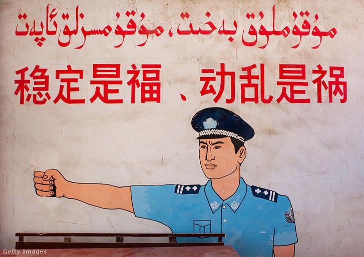 """""""A stabilitás áldás, az instabilitás csapás"""" - falfestmény a Hszincsiangi Ujgur Autonóm Régióban, 2012. szeptember 20."""