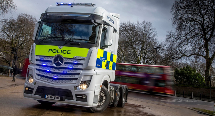 Jól áll az Actrosnak az angol rendőrségi dekor és fényhíd
