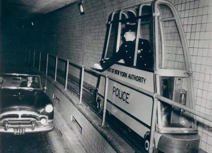 Bár viccesen néz ki a rendőrségi kifutó kocsi, de sokszor nagyon hasznosnak bizonyultak ezek a járművek
