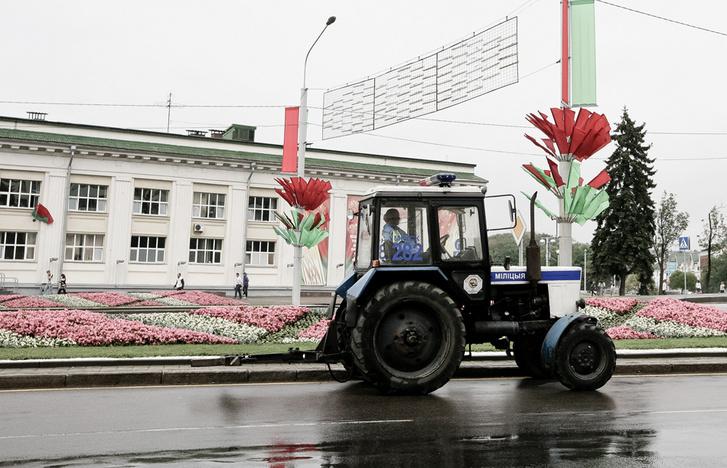 Egy MTZ-80-as rendőr traktor Vityebszkben járőrözés közben