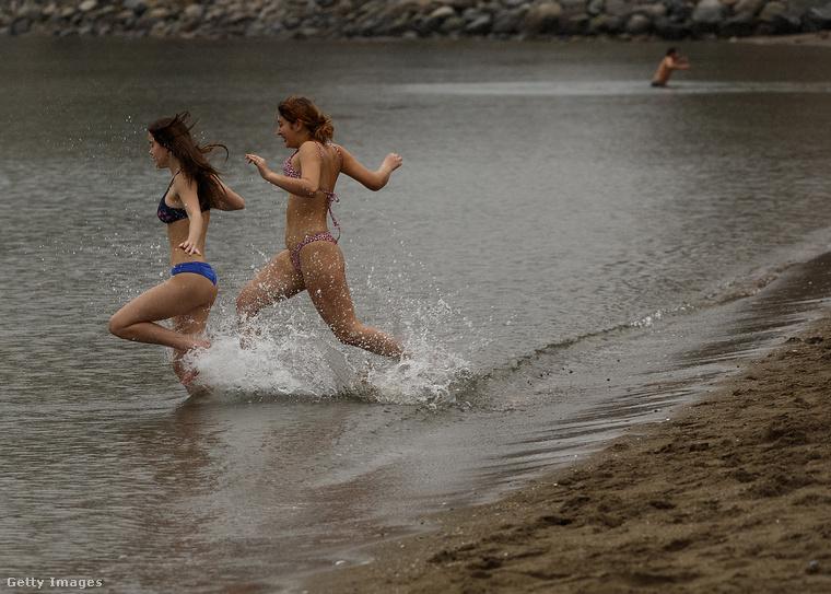 Két bátor kanadai lány belefut a vízbe.