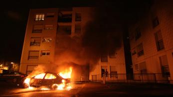 Csak 861 autót gyújtottak fel Franciaországban szilveszterkor