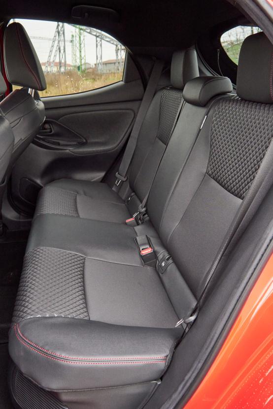 Lefotózni is alig lehet a hátsó ülést, beülni se könnyű, és odabent is szűk - ezek póthelyek