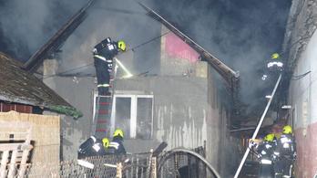 Kigyulladt egy családi ház felső szintje a XVIII. kerületben