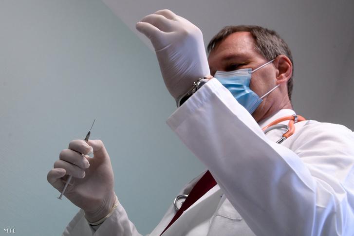 Szlávik János infektológus főorvos az első, Pfizer és a BioNTech által kifejlesztett, koronavírus elleni oltóanyaggal