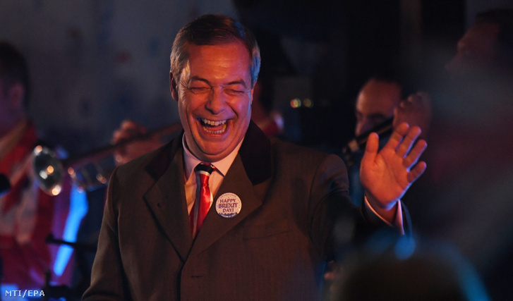 Nigel Farage, a legradikálisabb EU-ellenes brit politikai erő, a Brexit Párt alapító vezetője ünnepli támogatóival a brit kiválást a londoni parlament előtt 2020. január 31-én, amikor megszűnt az Egyesült Királyság tagsága az Európai Unióban.
