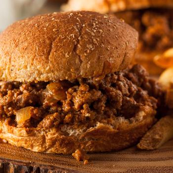 Ilyen a legszaftosabb hamburger, a Sloppy Joe: a buciba darált húsos ragu kerül