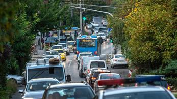 Csökkenteni akarják Budakeszi terhelését, buszokra ültetnék az autósokat