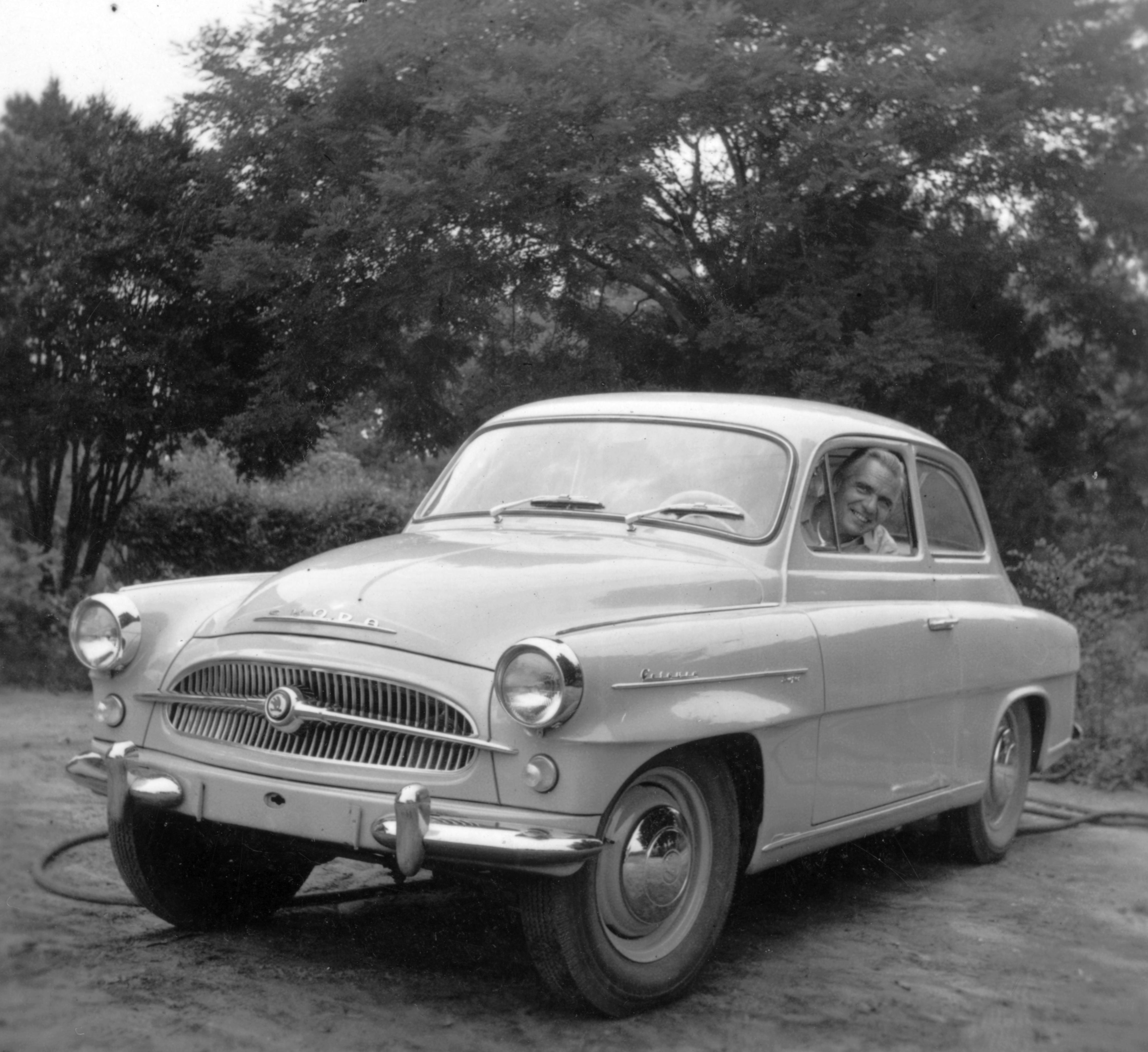 Milyen ragadványnevet kapott a képen látható autó?