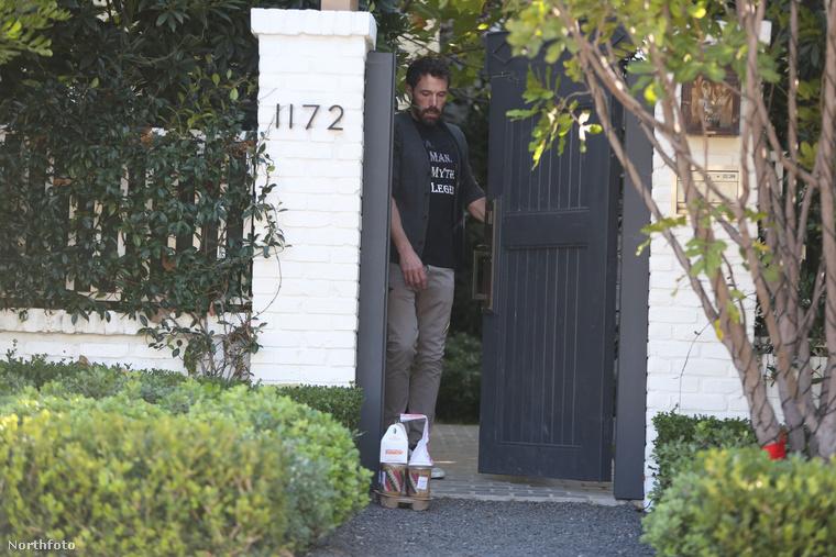 Nem találta békés kedvében Ben Affleck-et a 2021-es év, aki január első napjaiban teljesen gyanútlanul nyitotta ki háza kapuját, hogy felmarkolja reggelijét, ami fánkokból és feltehetően tejeskávéból állt