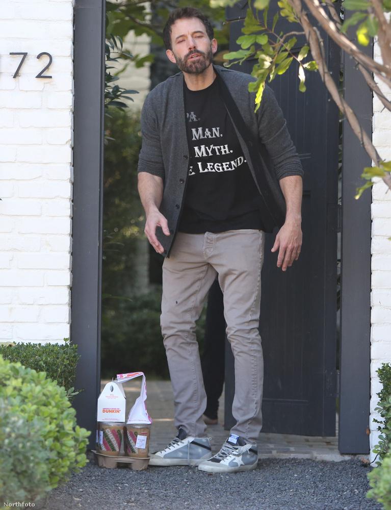 A színész szinte azonnal észrevette, hogy egy lesifotós várakozik rá az utca túloldalán, aki teljesítve munkáját szorgosan fotózni kezdte a nemrég felkelt sztárt