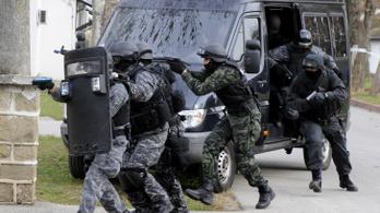 Élőben közvetítik a telefonbetyárok a rendőri akciót