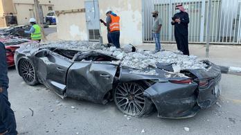 Így néz ki egy halom autó, amiket egy összeomlott parkolóház romjaiból bányásztak ki