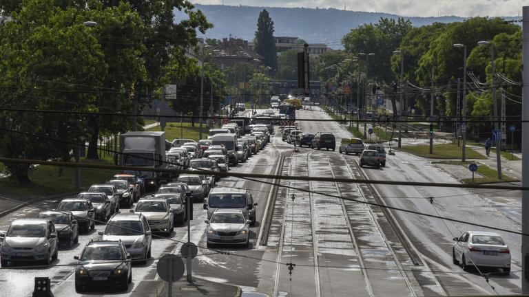 Itthon 19 százalékkal, Romániában 22 százalékkal csökkent a forgalomba helyezett járművek száma