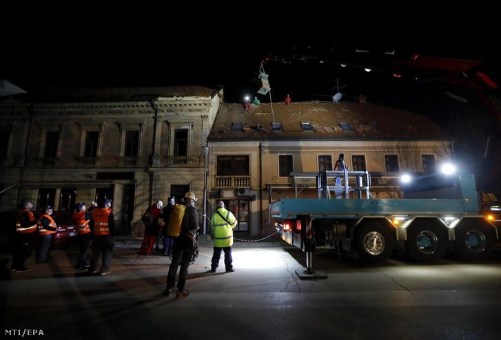 Késõ este is folytatják a romok eltakarítását Petrinjában