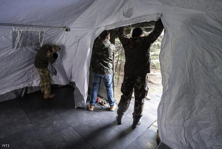 Képünk illusztráció! A Magyar Honvédség szakemberei katonai sátrat állítanak fel a koronavírus-járvány miatt a Heim Pál Országos Gyermekgyógyászati Intézet bejáratánál 2020. március 26-án.