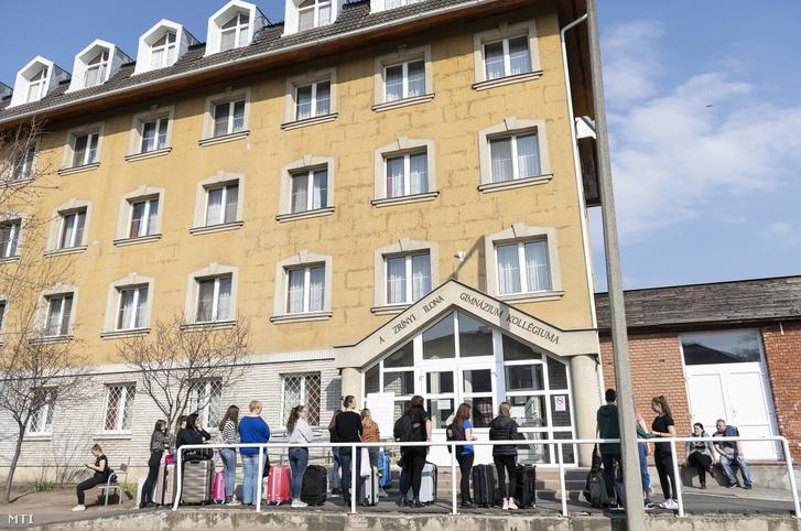 Kiköltözésre váró diákok a nyíregyházi Zrínyi Ilona Gimnázium kollégiuma előtt 2020. március 18-án