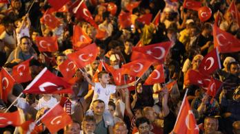 Keményen összecsaptak a rendőrökkel az egyetemi autonómiáért tüntető isztambuli diákok