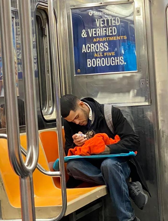 Ez a férfi éppen egy beteg kiscicát etet a metrón.