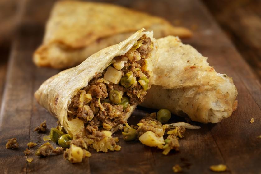 Ropogós, indiai tésztabatyu húsos töltelékkel - Így készül a tökéletes szamósza