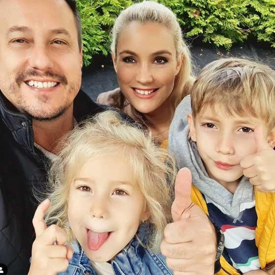Családi idillről árulkodik ez a fotó. Kisfiukkal, Noellel és kislányukkal, Liliennel 2020 októberében örökítették meg a vidám pillanatot.