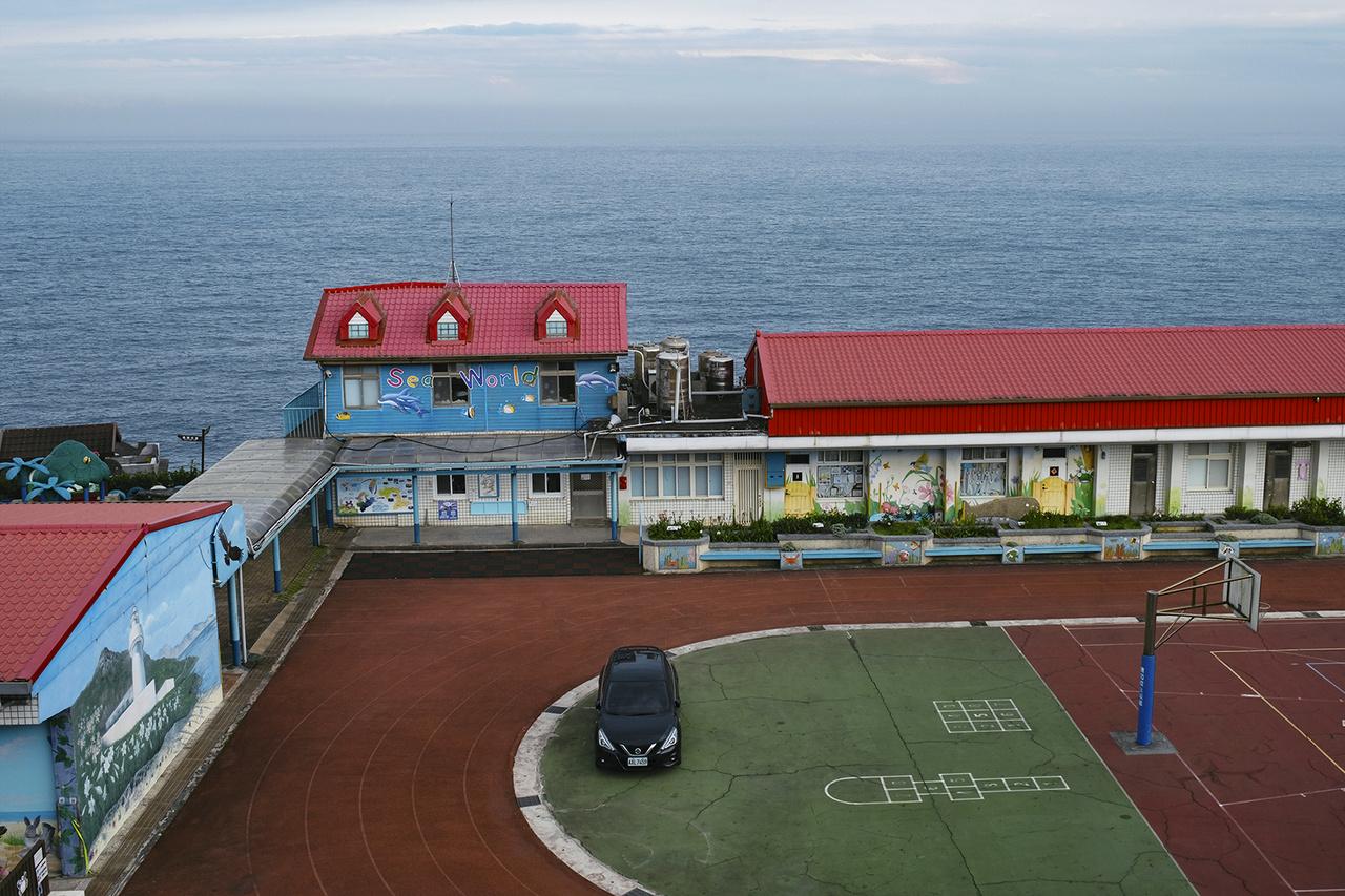 Első járványügyi intézkedésként Tajvanon meghosszabbították az iskolai téli szünetet. Ennek köszönhetően tavasztól folytatódhatott az oktatás minden tanintézményben. Pitou Általános Iskola, Zsujfang, 2020- május 2-án.