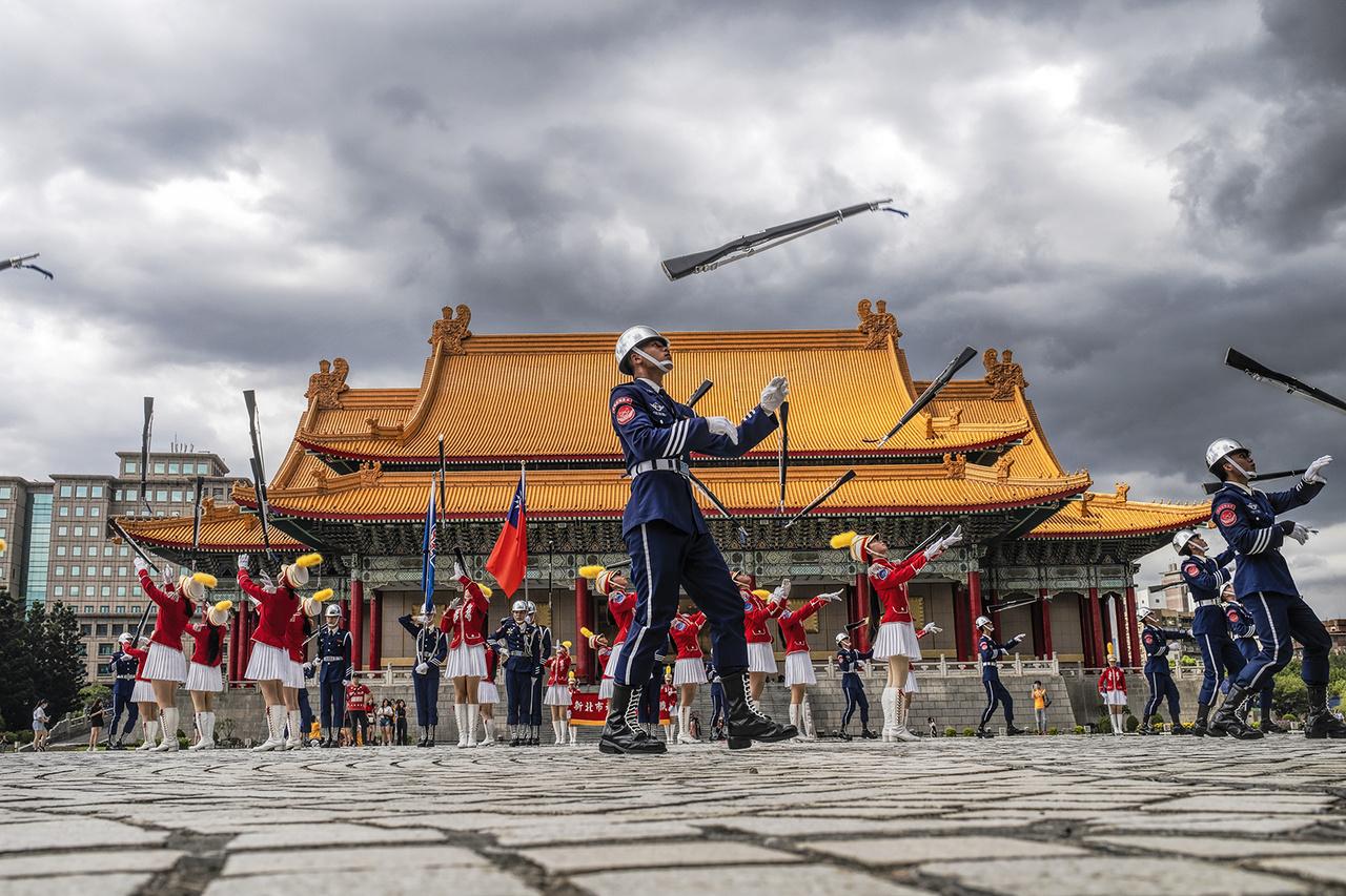 Felkészülés a tajvani nemzeti ünnepre, Az októberben tartott, több napos eseményen 2020-ban is légibemutatóval, felvonulással és tűzijátékkal szórakoztatták a nézőket. Tajpej, 2020- június 28-án.