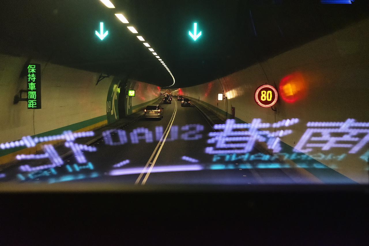 Az ázsiai országban nem divat a távmunka, ezért a járvány alatt is kötelező volt munkába járni. A képen egy alagútban kialakult közlekedési dugó látható. Jilan megye, 2020- március 21-e.