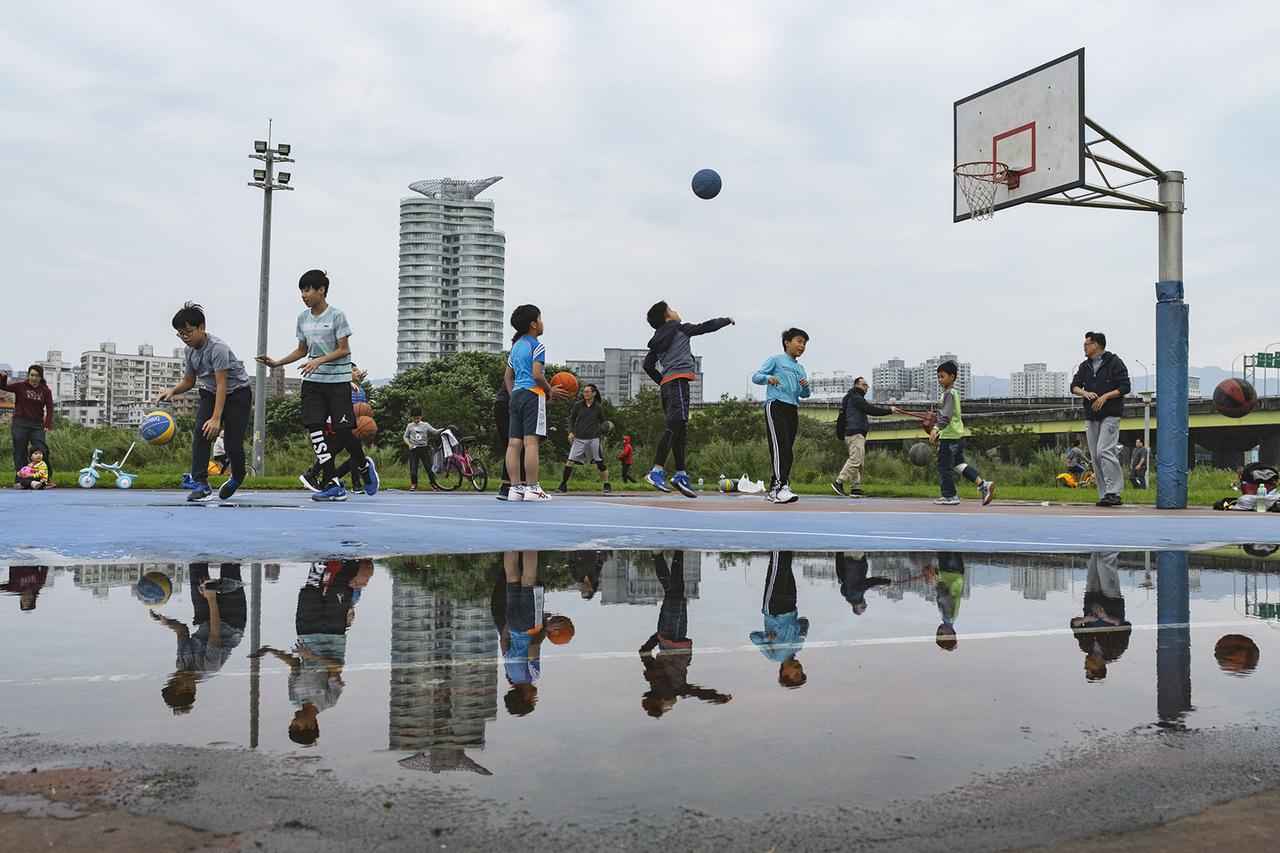Felkészülés a tajvani SBL félprofi kosárlabda mérkőzésre. A sporteseményt a tervezettnek megfelelően megtartották, igaz, a nézőknek arcmaszkot kellett viselniük. Jungho, 2020. április 4-én.