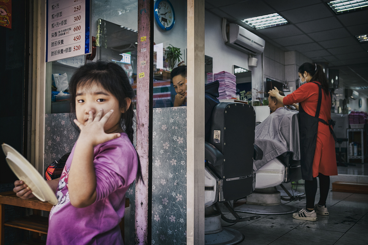 Az eredményes járványkezelésnek köszönhetően egész évben nyitva tarthattak a fodrász- és szépségszalonok. Csungho, 2020- február 2-án.