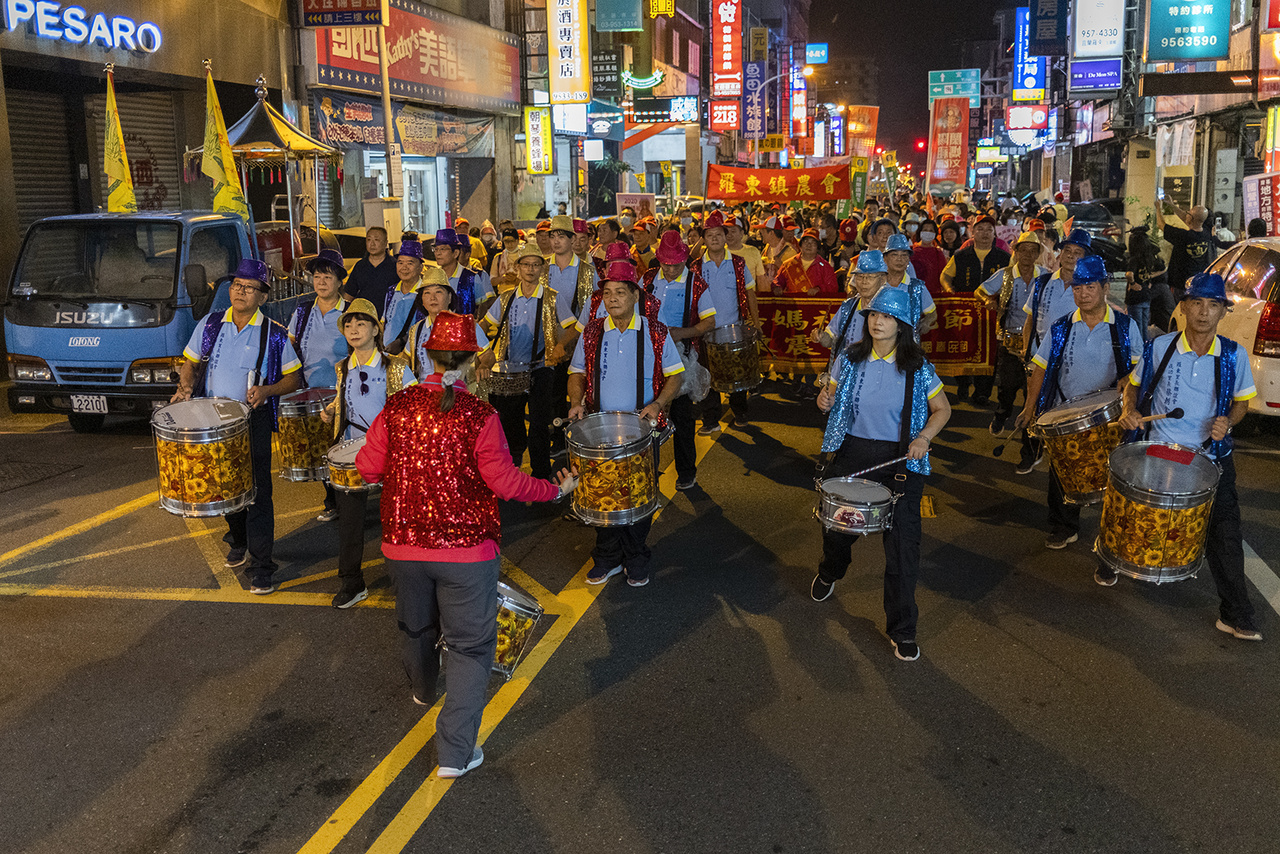 Ma-cu istennőt ünnepli a tömeg egy felvonuláson. Lotung, 2020. október 25-én.