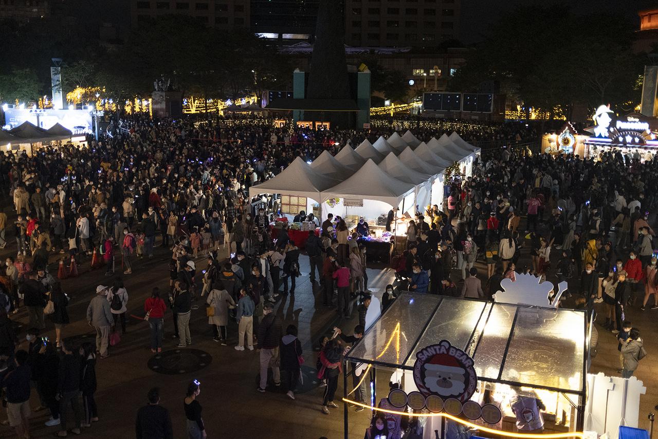 Bár Tajvanon kevés keresztény él, a karácsony a legnagyobb téli fesztivál. Az ilyenkor szervezett programok közel félmillió embert mozgatnak meg. Pancsiao, 2020. november 29-én.