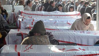 A meggyilkolt szénbányászok koporsóival tüntettek Pakisztánban