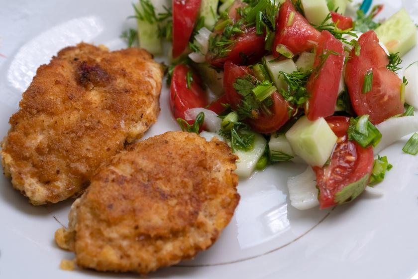 Mustáros rántott csirkemell ropogós bundában: fűszeres panírban sütve isteni